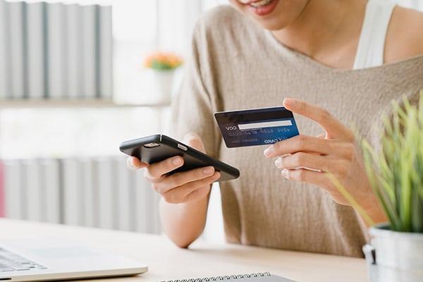 Mulher compra online através do smartphone